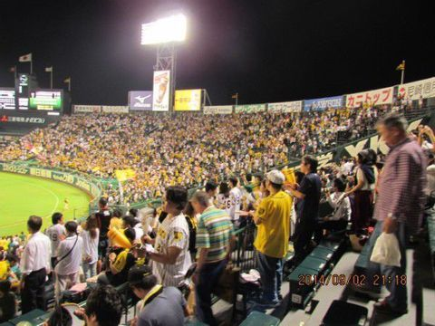 Let's Enjoy A Japanese Baseball Game at Hanshin Koshien Stadium !!