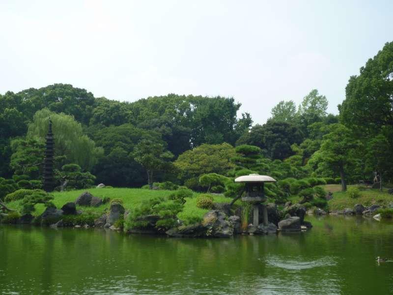 japanischer Garten.  Alle Elemente sind perfekt aufgestellt.