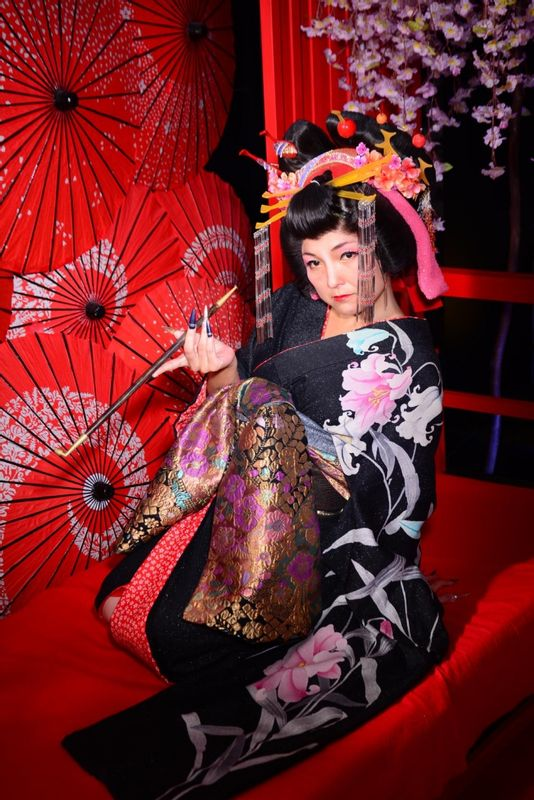 Why don't you try Geisha and Oiran photo shoot experience?! (It's me XD) It's unforgettable!!