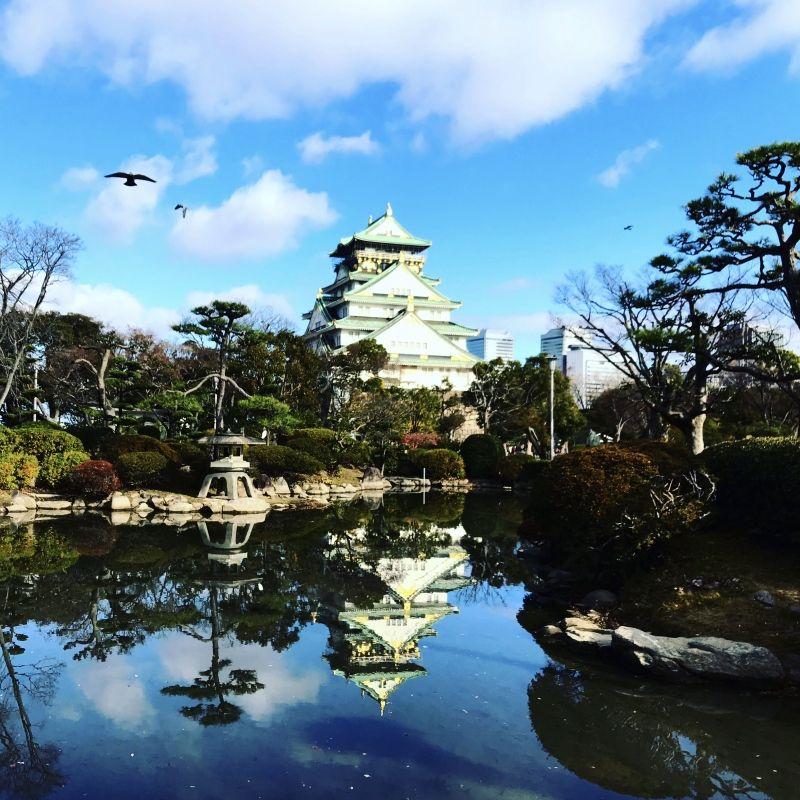 Modern and old stick together! Osaka castle!