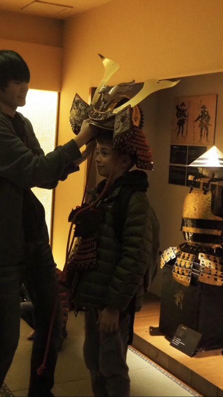 Let's try on Samurai helmet!!  试一试武士兜!