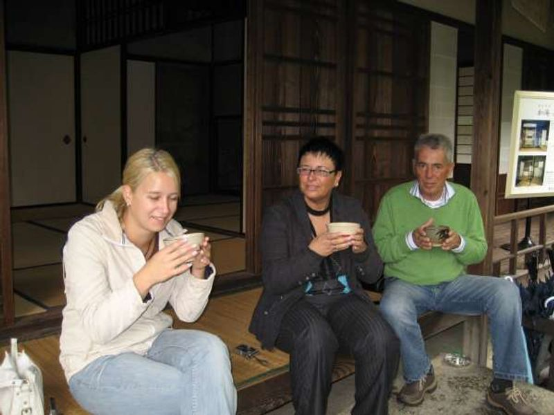 Gäste aus Deutschland und Italien auf der Veranda des Teehauses JOAN nach der Besichtigung vom Schloss INUYAMA in Aichi.