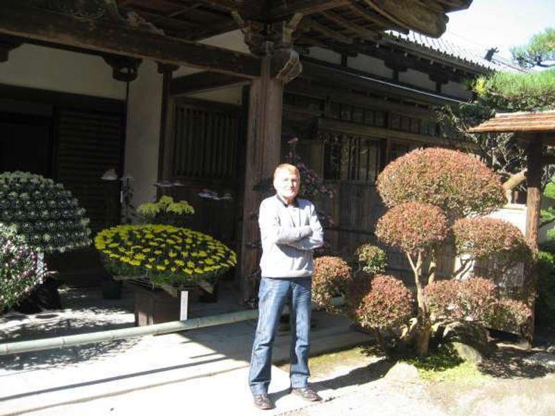 Besuch der Chrysanthemen-Ausstellung in der Einfriedigung vom Chuson-ji Tempel in Hiraizumi, Iwate.