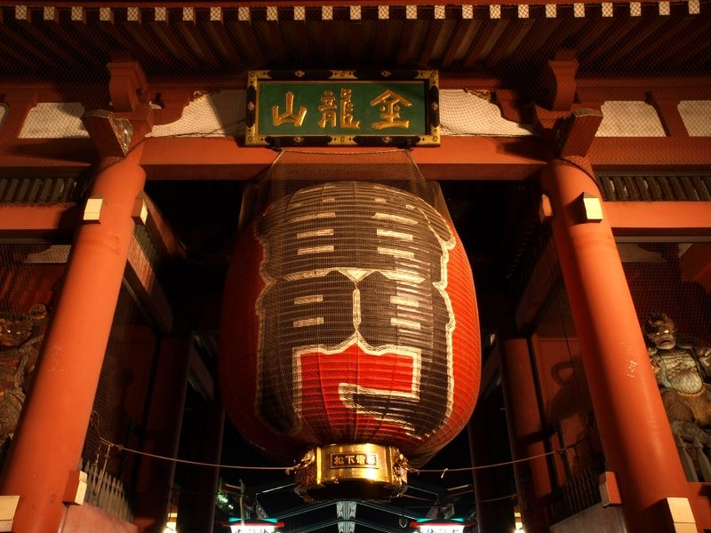 A large lantern of Kaminarimon Gate of Senso-ji Temple welcomes you to Asakusa!