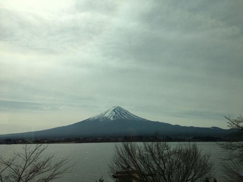 從河口湖近看富士山