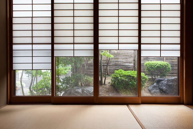 Yukimi-shoji  ( Snow-viewing paper sliding doors )    On a snowy day the snow-covered garden can be seen through the glass windows.