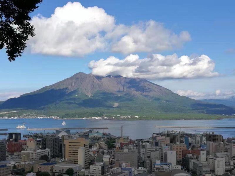 噴煙中的櫻島活火山!距離幾十萬人口的鹿兒島市只有4.3公里! Smoking activate volcano Mt. Sakurajima, only 4.3Km from Kagoshima-city!