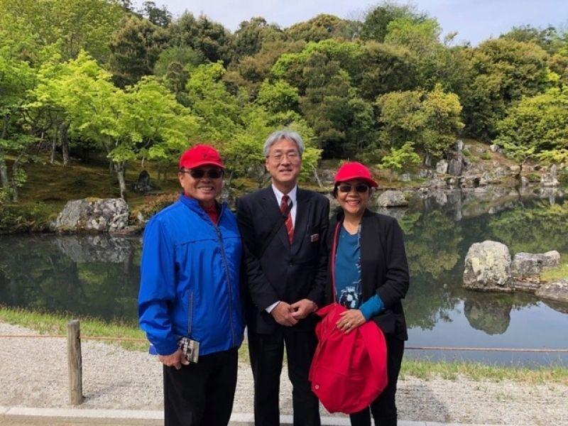 Tom San and Fe San visited Tenryuji temple in Arashiyama. It was certainly a good time to enjoy a lot of beautiful flowers at the temple. I was very happy to enjoy the beauty of Zen garden with Tom San and Fe San.