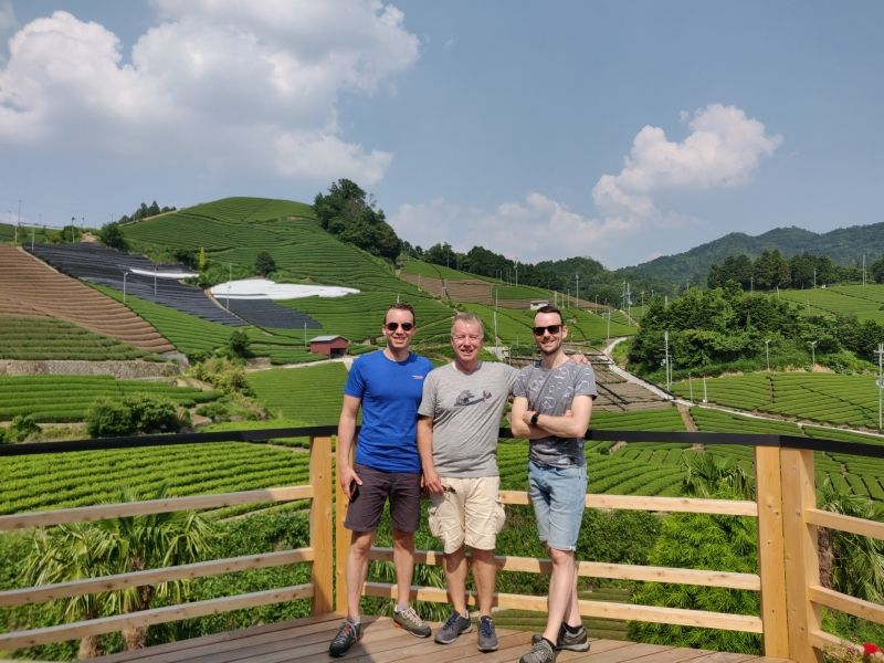 I attended Martin San and his two sons, Robert San and Paul San from Holland for two days. We visited  beautiful village named Wazuka. The view of the tea plantations which cover the mountains is breathtakingly beautiful.
