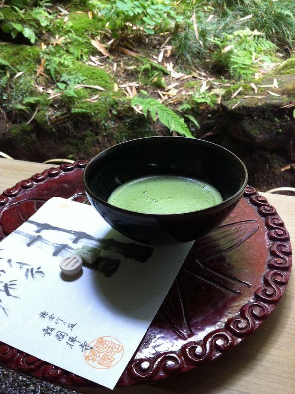 Kamakura Un maccha, un thé japonais au café dans un temple zen.