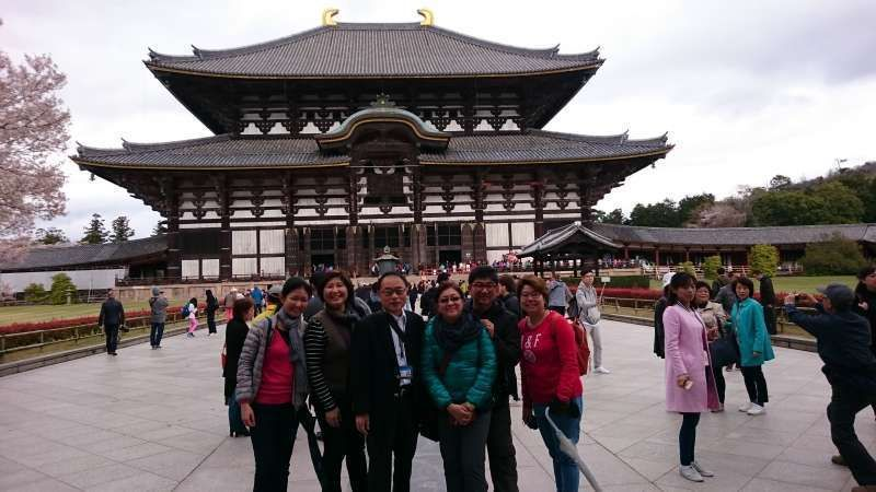 At Todai-ji Temple in Nara. 5 guests from Philippines and me. We had a lot of fun here.