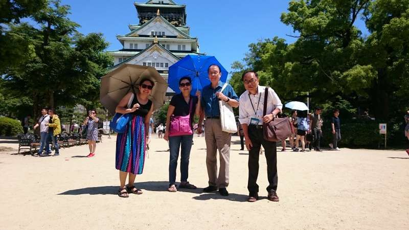 At Osaka Castle. Very pleasant day. A Philippine family showed a deep interest in my talk. That was the history of the castle and Toyotomi family.