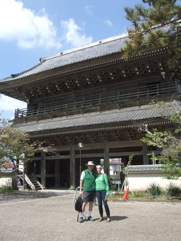 We were lucky that the gate of Komyoji Temple was open to public today.
