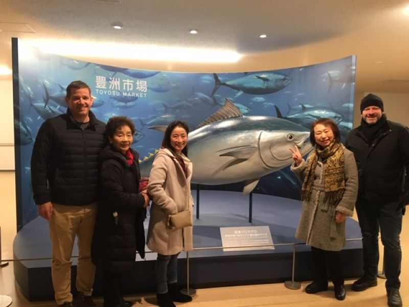 A lovely guest family from England & U.S.A. at Toyosu Fish Market, Dec. 2018