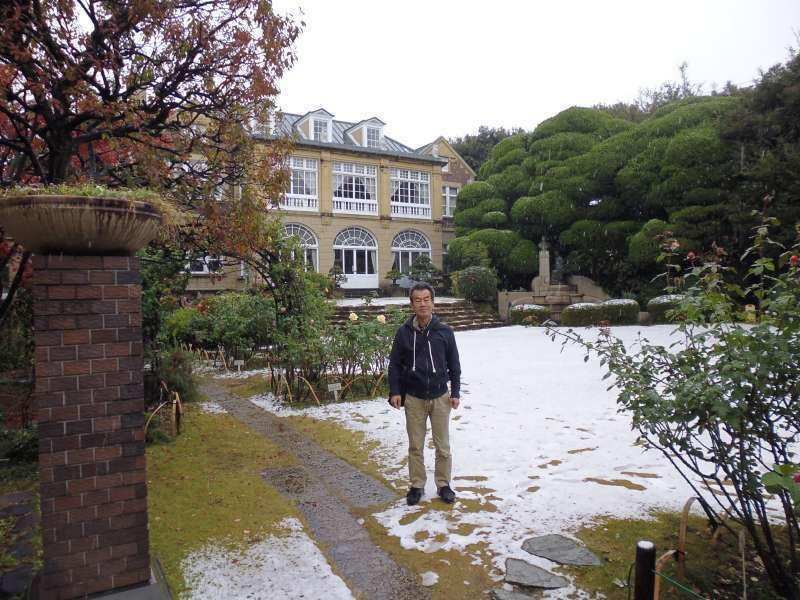 I am in the garden of Hatoyama Kaikan which is located in the central Tokyo. Hatoyama Kaikan or Hatoyama Hall used to be a famous family, Hatoyama's residence. In Japan's political history, Hatoyama family produced 2 prime ministers. One was Ichiro Hatoyama(1883-1959). The other was, his grandson, Yukio Hatoyama(1947-). In the garden,  a wide variety of roses are grown.