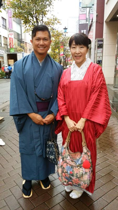 This man from US was very happy to have tried on kimono.  He looks like samurai, doesn't he?  He borrowed the set of kimono for 4000 yen per day and enjoyed walking in Tokyo.  So cool!!