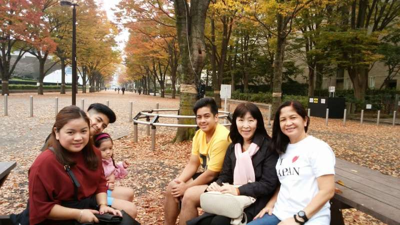 Tokyo welcomed fully autumnal weather.  Colored leaves season is as beautiful as cherry blossoms' one.  With an awesome family from Philippines.