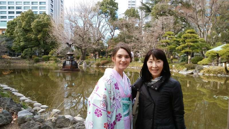 This lady's beauty attracted a lot of Japanese.  Even tourists from many countries asked her to let them take pictures with her.   It was international interaction with full of peace and so happy to see.