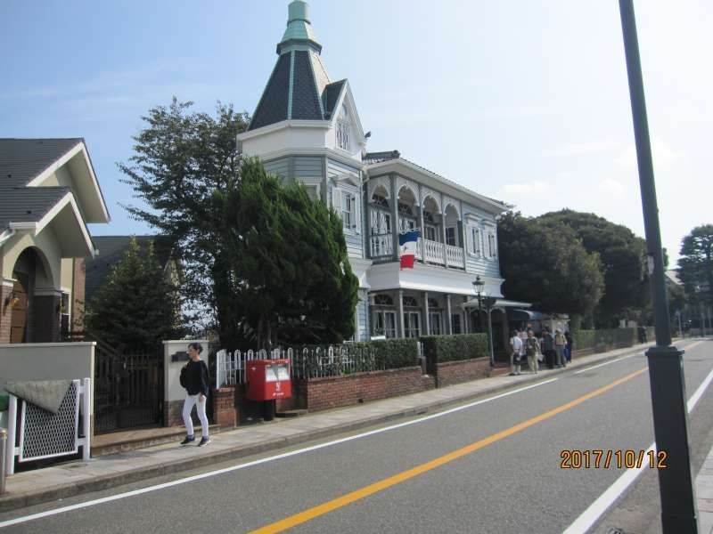 Yamate Heights: A little hill near Chinatown. Many European style classical houses you can find here. You can also enjoy harbor view.