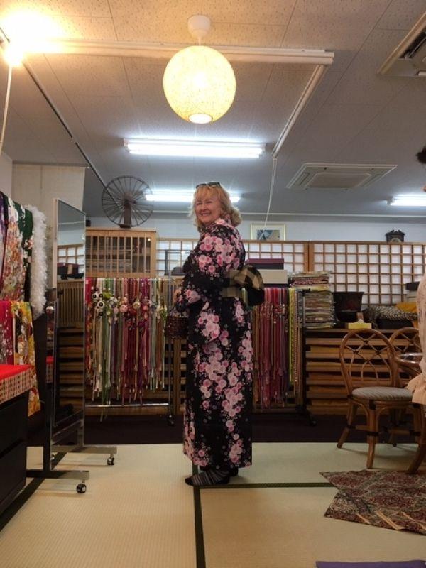 Looks like the Mona Lisa in kimono!! Yes, indeed!! A lady dressed in a vivid Yukata (light kimono) at a long-established kimono shop in Himeji castle town.