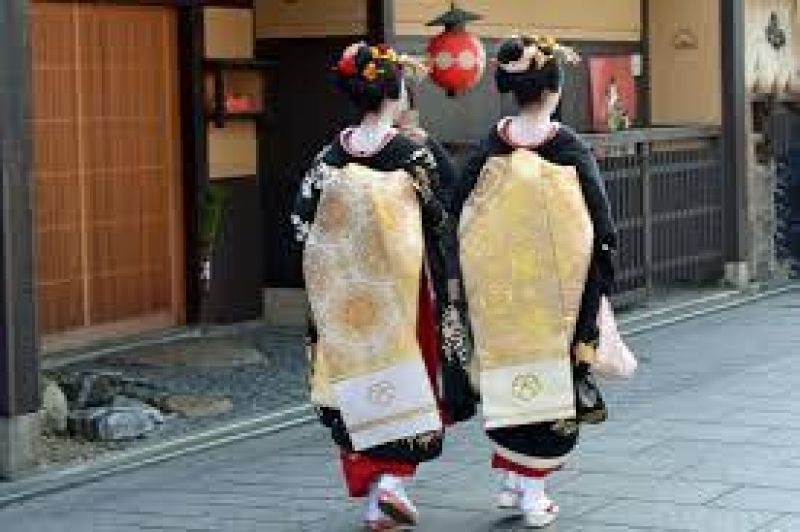 Maiko at Kyoto's Gion which still has the atmosphere of a traditional Maiko neighborhood