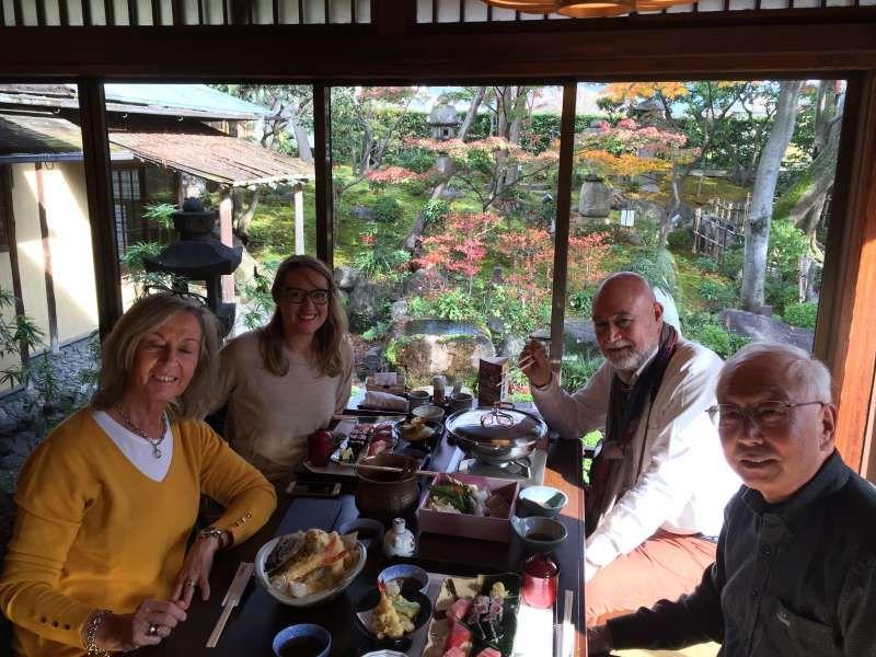 Un restaurante típico japonés tradicional con jardín japonés bonito. Hay varios platos japonéses auténticos.
