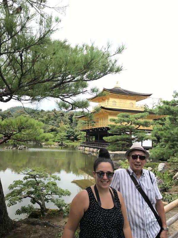 Kinkakuji, templo budista, es famoso por pabellón dorado en el jardín precioso.