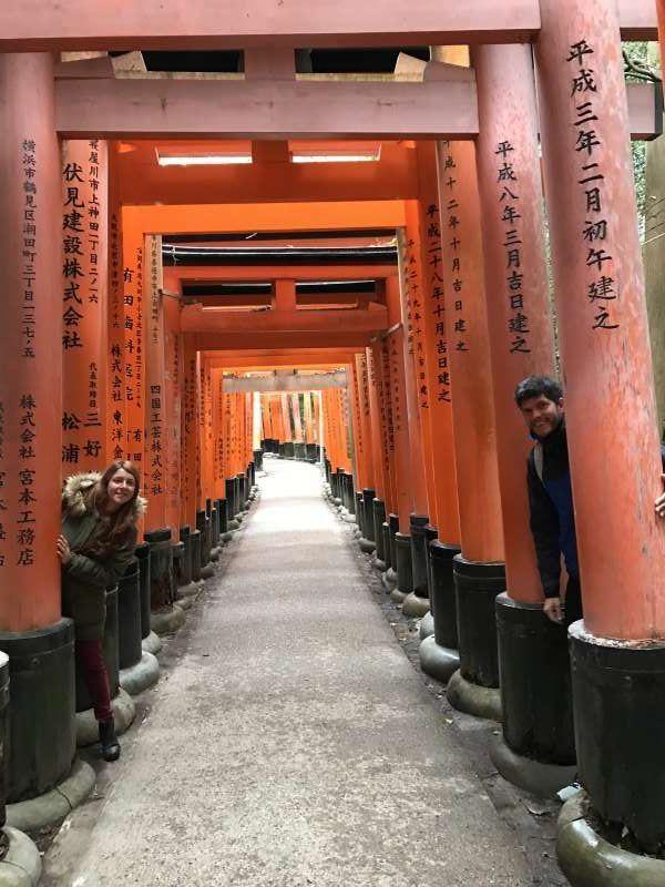 Fushimiinari-taisha, santuario shintoista, con más de 10000 porticos rodeados por la montaña.