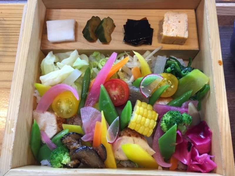 This is a lunch at a restaurant in Yufuin. It is so colorful and fresh. Choose either fish or meat ingredients under the vegetables.