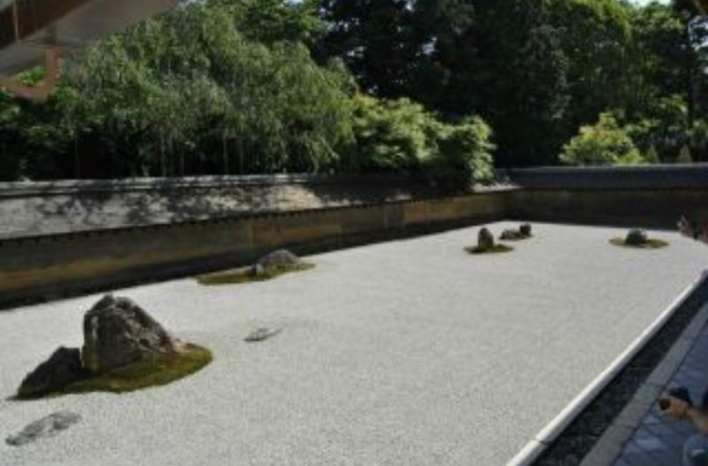 Ryoanji Temple: Dry Landscape Garden, a place for meditation / Ryoanji Tempel: Trockenlandschaftsgarten, ein Ort für Meditation