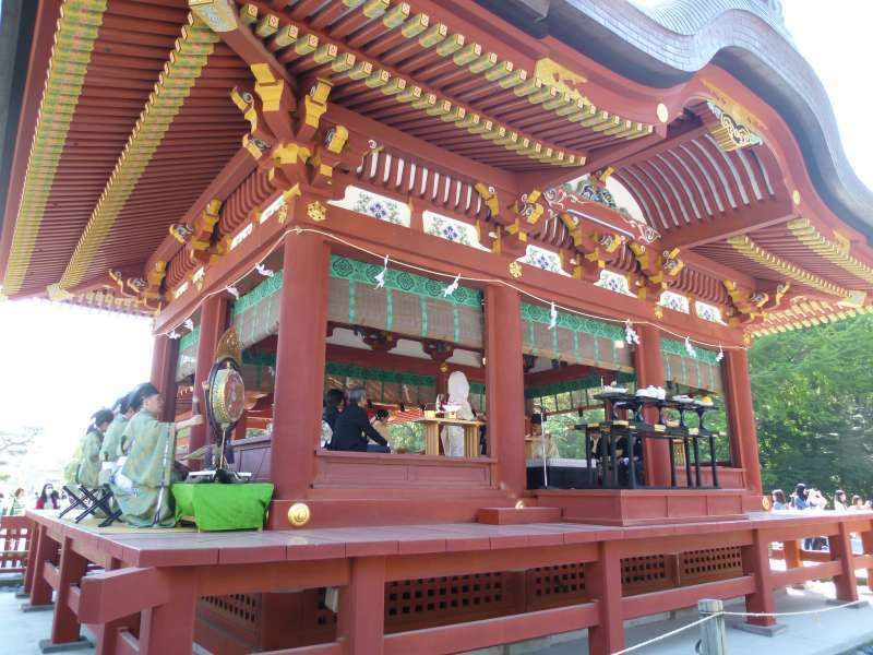 Wow! Pleasant surprise! During your tour, you may run into a Japanese Shinto-style wedding ceremony held on Mai-den stage at Hachiman-gu Shrine in Kamakura. All the visitors in the precinct at that moment happened to be their wedding guests without invitation cards!