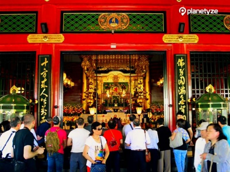 Sensoji temple, the oldest temple in Tokyo, is very famous with its Thunder Gate which is not only the symbol of Sensoji temple but also a landmark of Asakusa, a typical downtown in Tokyo.