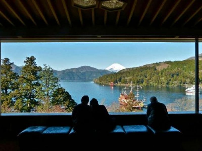Narukawa Art Museum is famous not only for its collection of contemporary  Japanese paintings but also for its spectacular view of Mt. Fuji over Lake Ashi from its spacious window of the lounge. Lots of unique art museums are also available in Hakone.