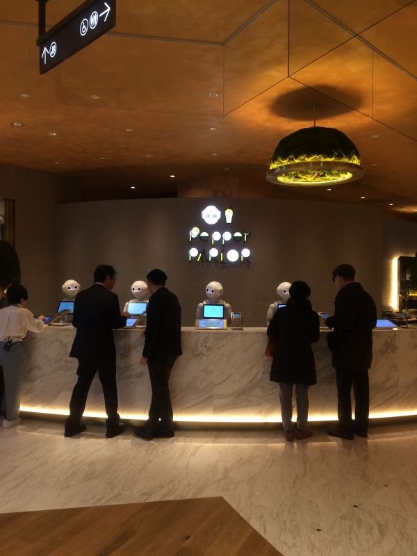 "Futuristic cafe in Shibuya ""pepper parlo"" Robot will serve your foods!?"