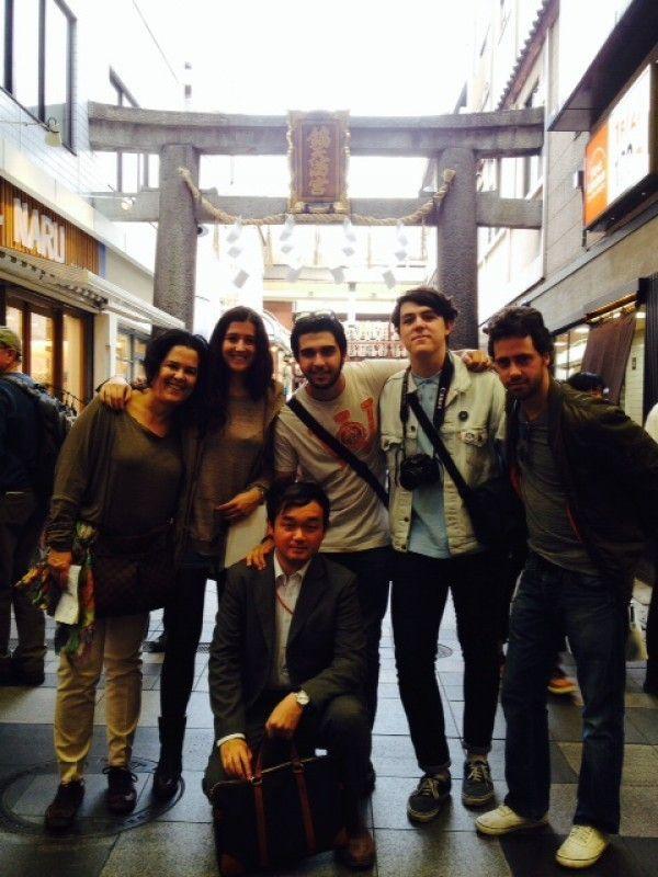 Mi foto con los turistas desde Madrid en Nishiki-Ichiba.