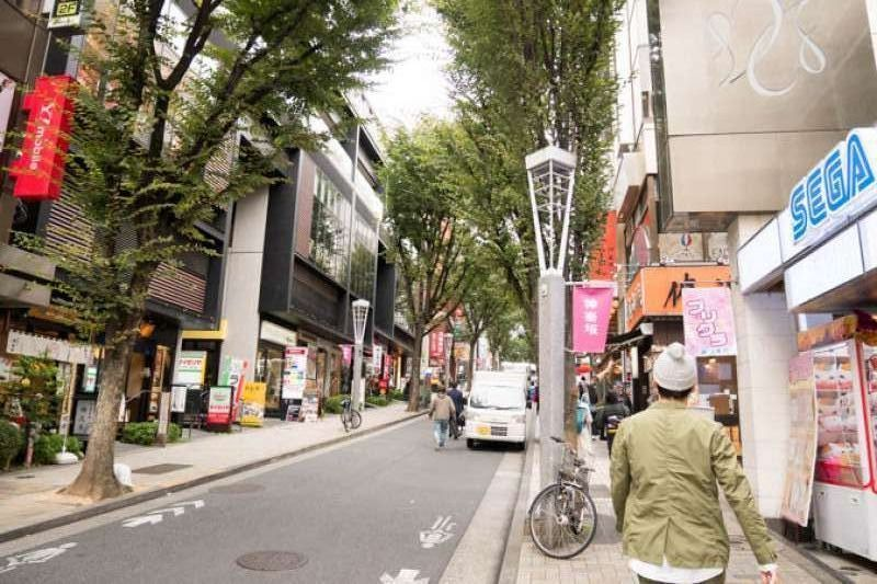 Kagurazaka Street     A plenty of restaurants and shops along the busy and steep street.