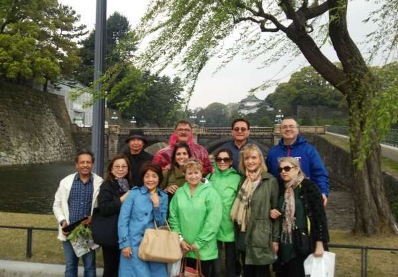 The 11 guests enjoyed the customized tour with me. We started from the hotel in GInza.  This is the photo with them infront of the double bridge of the Impelial Palace, the last destination.