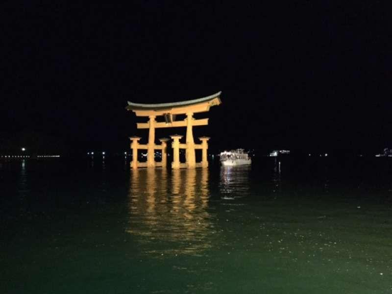 Vista nocturna del Gran Torii de la isla de Itsukushima
