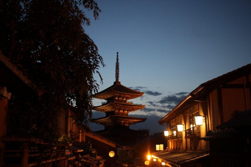 I sometimes conduct people in the night. The night time in Kyoto is also beautiful.