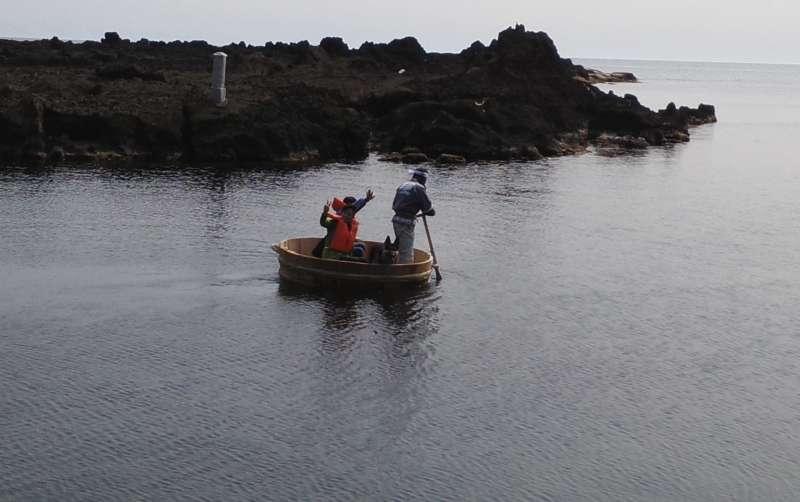 Taraibune(tub boat) ride in Shukunegi, Sado Island with a craftsman