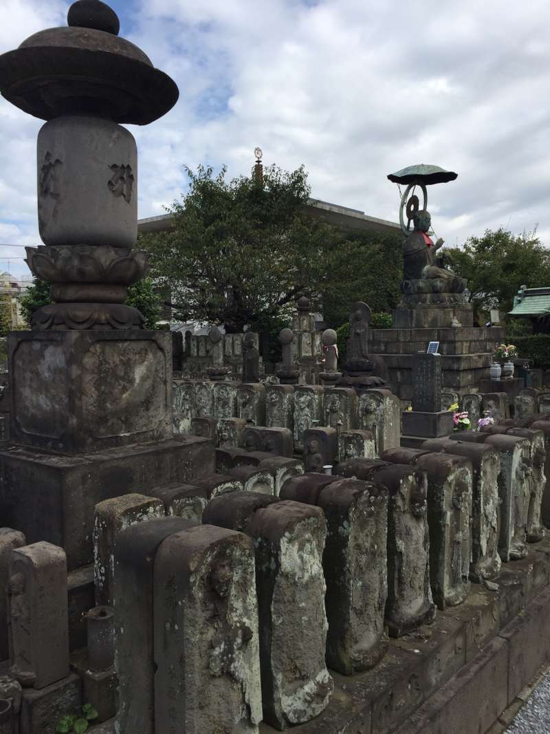 There are also thousands of impressive stone statues. We can't count them all!!