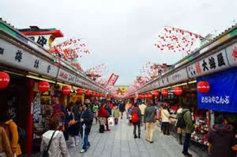 Asakusa Nakamise Shopping Street, where you can buy lots of different kinds of souvenirs