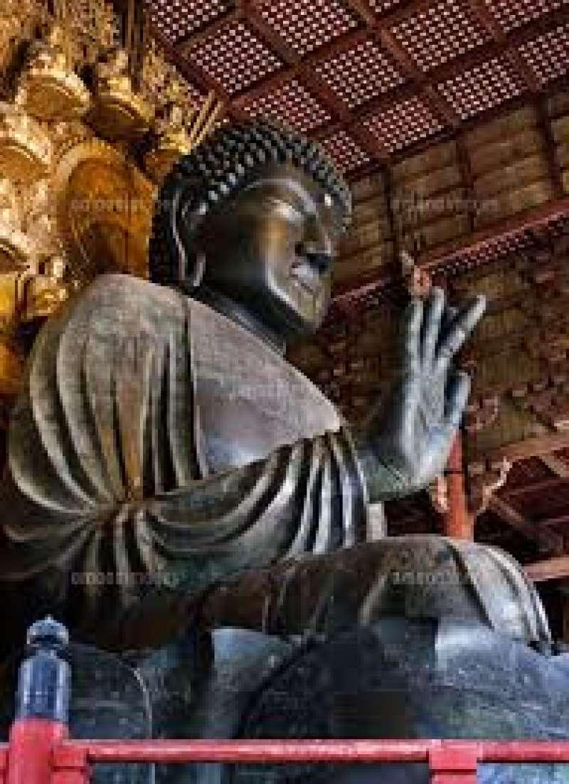 En frente de la estatua de Budda en Nara, todos van a perder su palabra.