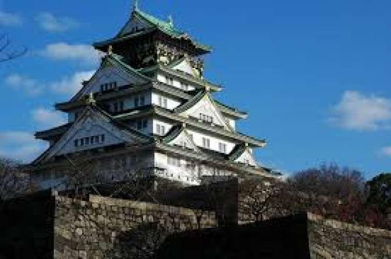 Aunque se ha restaurado en el siglo 20, la forma del castillo Osaka y el parque muy grande nos alivian.