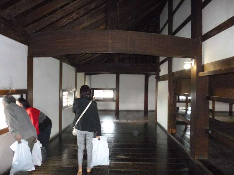 Inside the castle tower, visitors can walk around and see some valuable antiques, maps and documents. Going up and down very steep and narrow steps, you might feel how samurai soldiers were struggling to prepare for fighting in the warring era.