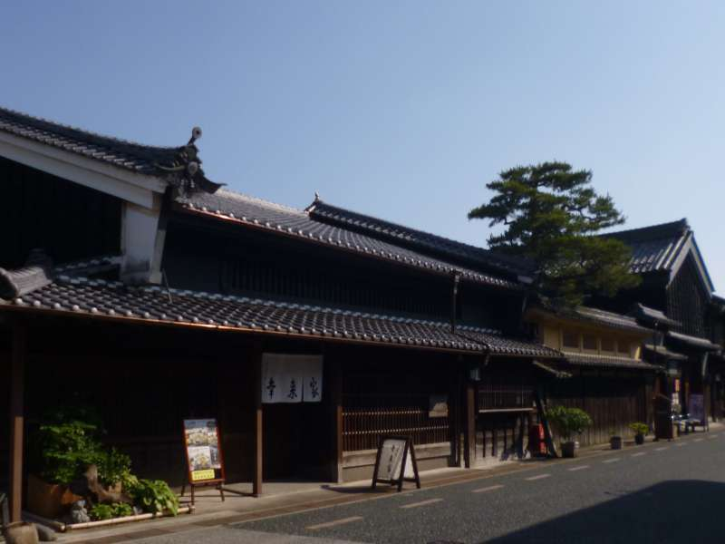 The core of Mino city is designated as an Important Traditional Constructions Area. It is famous for the unique townscape made by 'Udatsu' which are a fire walls sticking out from the roof between houses. It is fun for visitors just to wander and see the traditional buildings in a row.