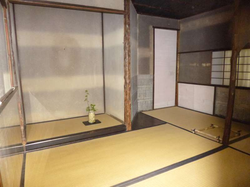 The main room of Joan is as narrow as only three and a quarter tatami mats. Through the tea ceremony in such a small space, a host and guests have a chance of 'a once-in-a-lifetime encounter' that is one of the significant factor for learning the secret of the simple aesthetic value of life, 'Wabi' and'Sabi'.