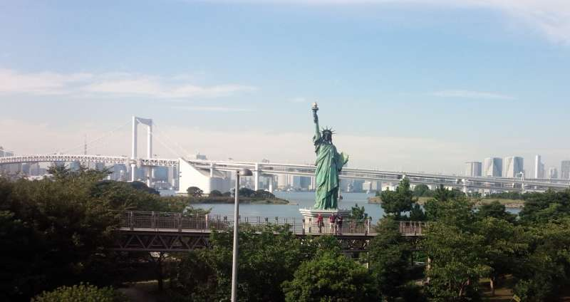 The Statue of Liberty standing by Tokyo Bay is the landmark of Odaiba.