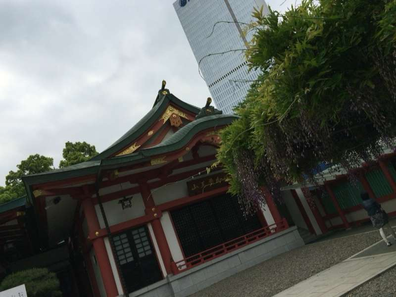18. In Akasaka area, Hie-jinja Shrine is surrounded by several important buildings such as Diet Building and the prime minister's official residence.