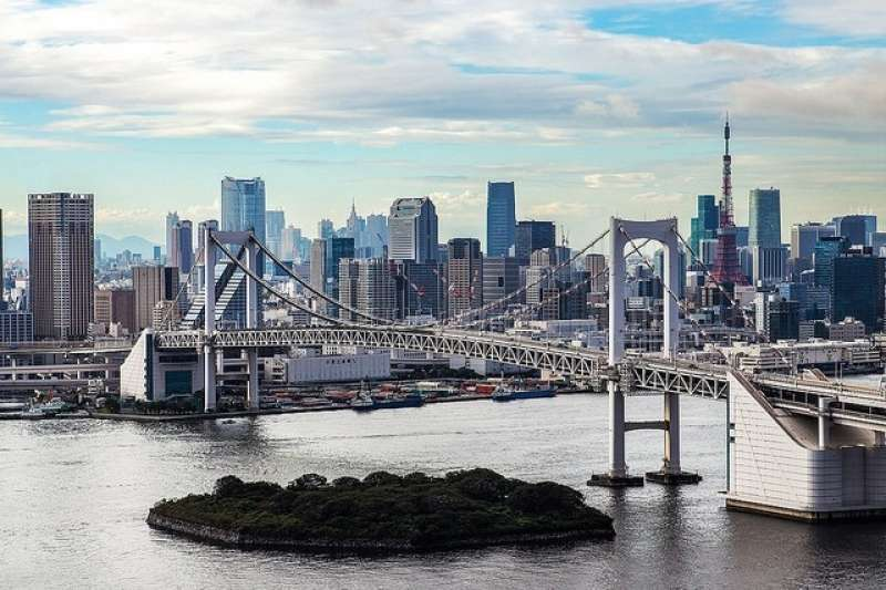 7. The area around the Statue of Liberty at Odaiba Kaihinkoen Park is recommended for those who want to enjoy the beautiful view of the Rainbow bridge and Tokyo Bay. You can also see Tokyo Tower from here.